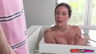 Мама мексиканка дрочит сыну в ванной